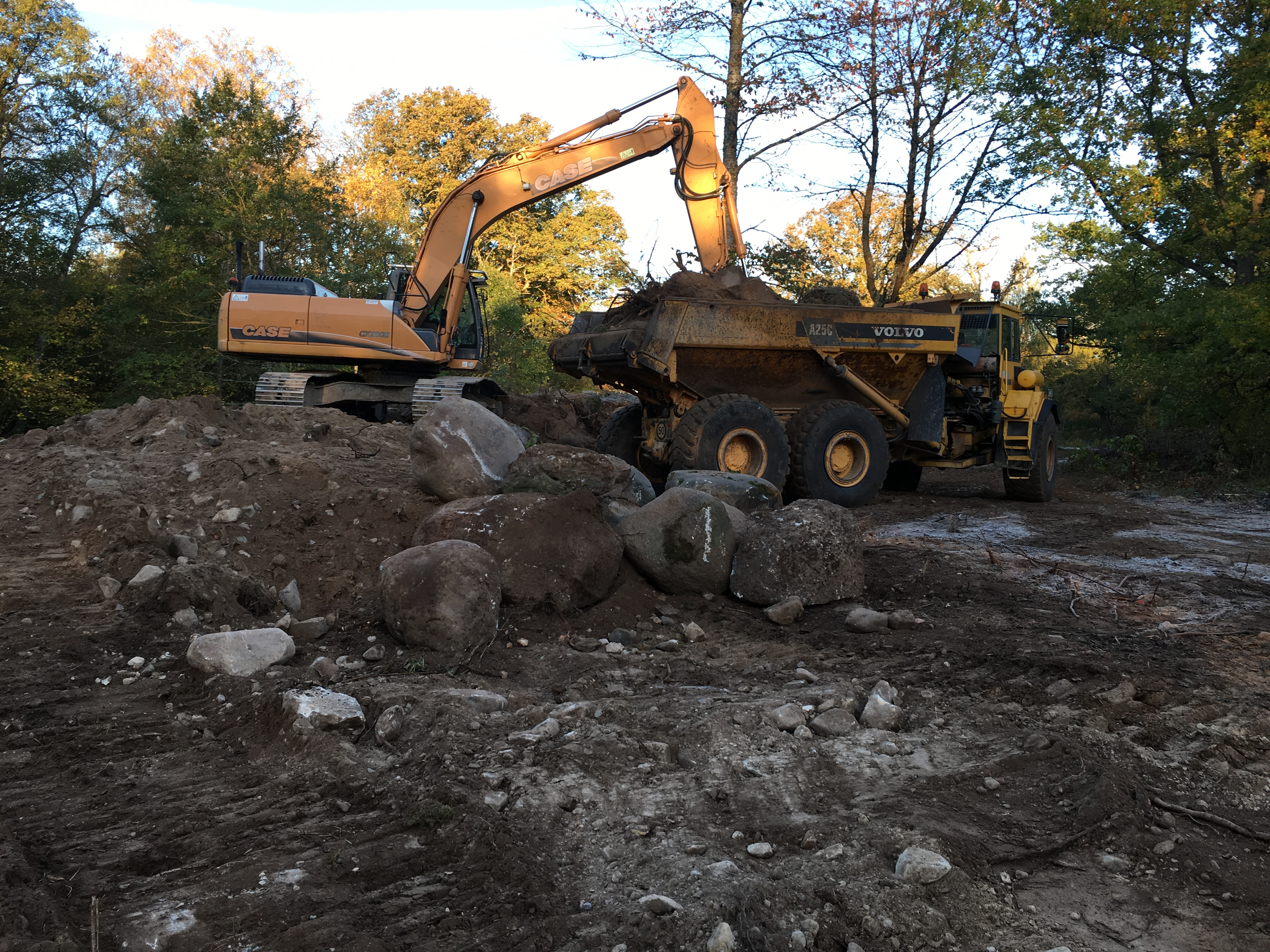 intensiv samverkan mellan grävmaskin och dumpers